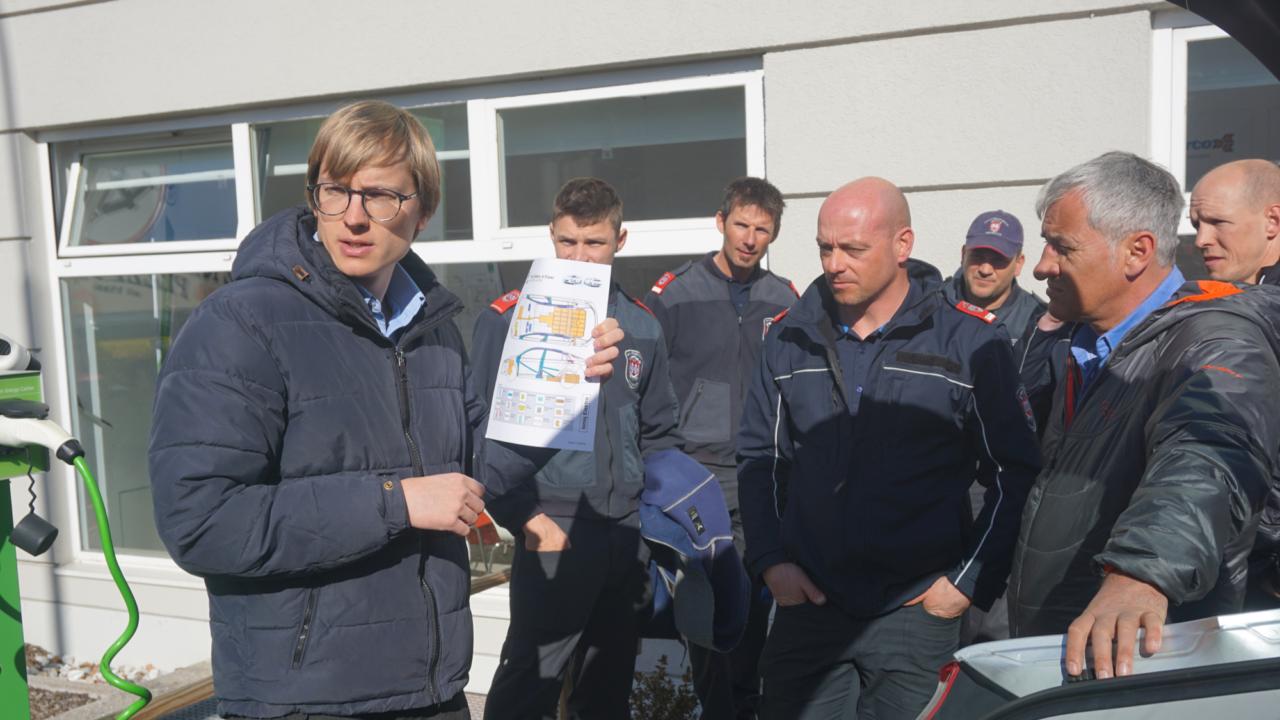 """Dritter Turnus der Berufsfeuerwehr Innsbruck absolvierte """"Erste Ausbildungsstufe zur Elektromobilität"""""""